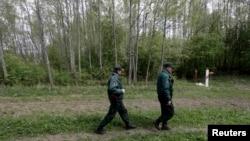 Припадници на безбедносните сили на Латвија на границата со Русија.