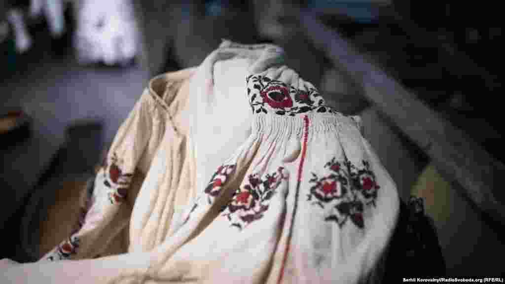 «Брокарівський» візерунок Чернігівщини на жіночій сорочці початку ХХ століття