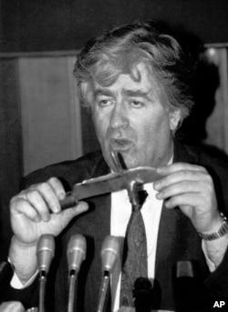 Karadžić drži nož koji je, kako je rekao, oduzet vojnicima bosanskih Hrvata u BiH, na konferenciji za novinare u Beogradu, 23. septembar 1992.