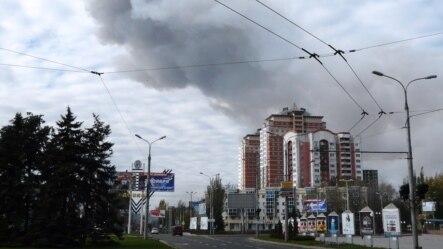 Fumul urcă de-asupra Doneţkului după explozia de la o uzină chimică din apropiere, 20 octombrie 2014