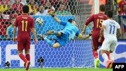 Испания құрамасы қақпашысы әрі капитаны Икер Касильяс Чили футболшысы тепкен допты ұстай алмай қалды. Рио-де-Жанейро, 18 маусым 2014 жыл. (Көрнекі сурет)