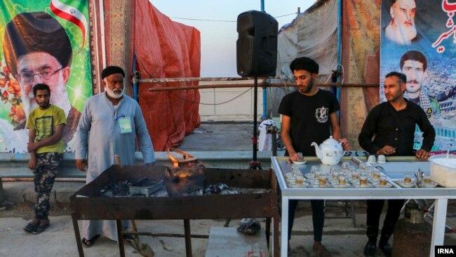 بسیاری از موکبهای بین راهی که بنابر سنت محل پذیرایی از شرکتکنندگان در مراسم اربعین هستند، به محلی برای تبلیغات سیاسی جمهوری اسلامی تبدیل شدهاند.