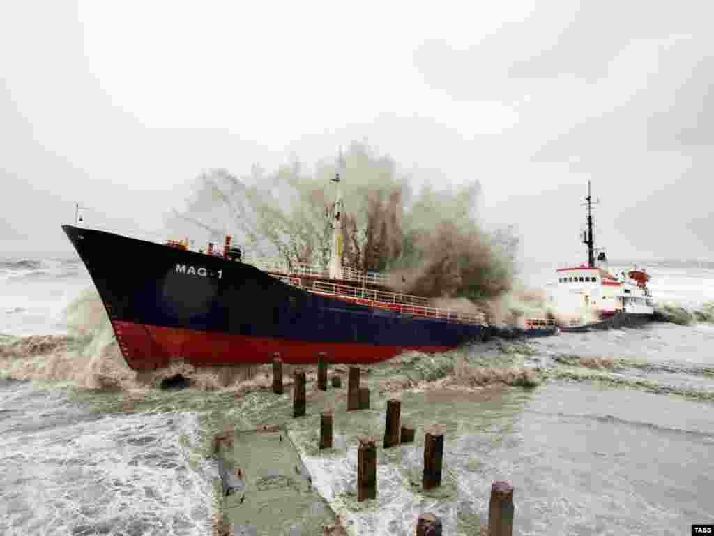 Турецкий танкер потерпел крушение у берегов Абхазии