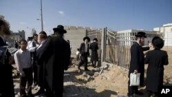 Hebrenjtë ortodoksë afër një sinagoge në Izrael