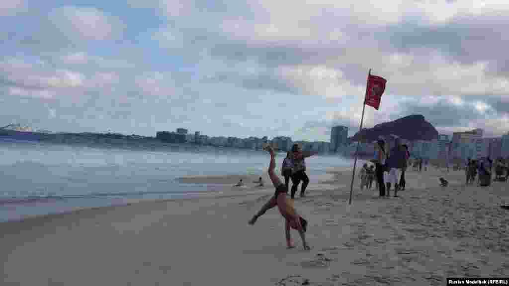 Молодь на пляжі Копакабана