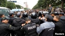 Тунистеги көчө жүрүштөрүнө көзөмөл салган полиция кызматкерлери. 9-январь, 2018-жыл