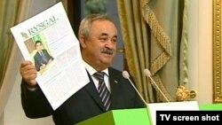 """Türkmenistanyň senagatçylar we telekeçiler birleşmesiniň başlygy Aleksandr Dadaýew elinde """"Rysgal"""" gazetini saklaýar."""