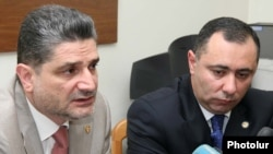 Тигран Саргсян представляет новоназначенного министра труда и по социальным вопросам Артура Григоряна. Ереван, 29 июня 2010 г.