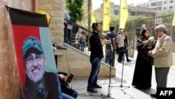 Pamje e gazetarëve të Libanit duke raportuar për ngushëllimet për familjen e komandantit të vrarë të Hezbollahut Mustafa Bedreddine