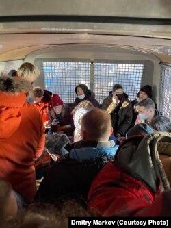 Дмитрий Марков кіргізілген полиция көлігінің ішіндегі наразылыққа шыққан жастар.