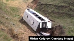 Перевернувшийся микроавтобус.