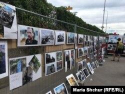 Виставка у дворі Центру гуманітарної допомоги Україні