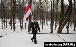 Хрыстафор Жаляпаў нясе сьцяг