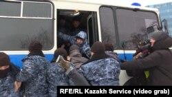 Policija unosi demonstrante u policijsko vozilo u Almatiju 22. februara