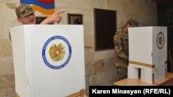 Հայաստանի Զինված ուժերի զինծառայողները քվեարկության ժամանակ, արխիվ