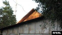 Өзбек босқындары тұрып жатқан үй. Алматы, 7 қыркүйек 2009 жыл.