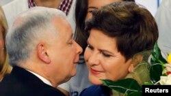 Лідер партії «Право і справедливість» Ярослав Качинський вітає претендента від цієї політичної сили на посаду прем'єра Беату Шидло після оголошення екзит-полів, 25 жовтня 2015