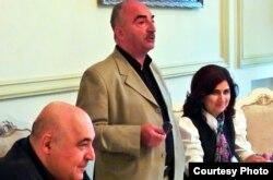 Soldan sağa: Yazıçı Çingiz Abdullayev, tədbirin aparıcısı, yazıçı Natiq Rəsulzadə və tərcüməçi Təbəssüm Muxtarova