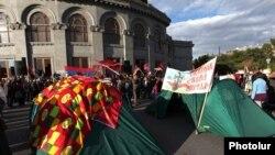 Палатки на площади Свободы в Ереване