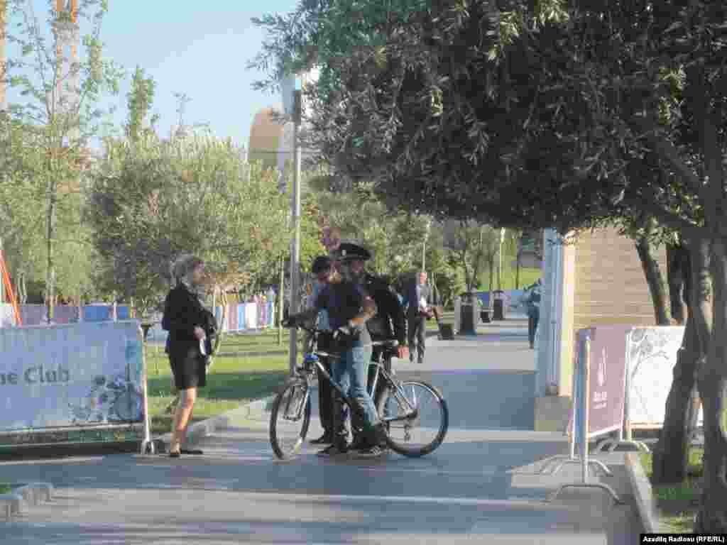İndi isə Bakı bulvarında velosipedçiləri ərazidən qovan klassik formalı polis görmək olur.