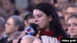 Екатерина Винокурова задает вопрос на пресс-конференции президента Владимира Путина