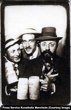 O fotografie a lui Matisse cu Hans Purrmann și Albert Weisgerber la Löwenbräukeller, Munchen, 1908