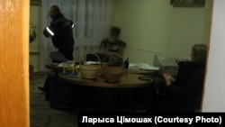 Міліцыянт дапытвае Ніну Стужынскую