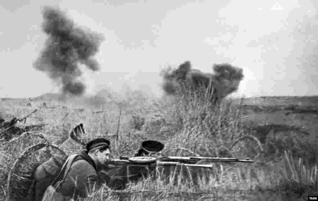 Ukraine -- Crimea -- Crimea. Siege of Sevastopol. The marines deter the enemy forces. Великая Отечественная война, 1942 год