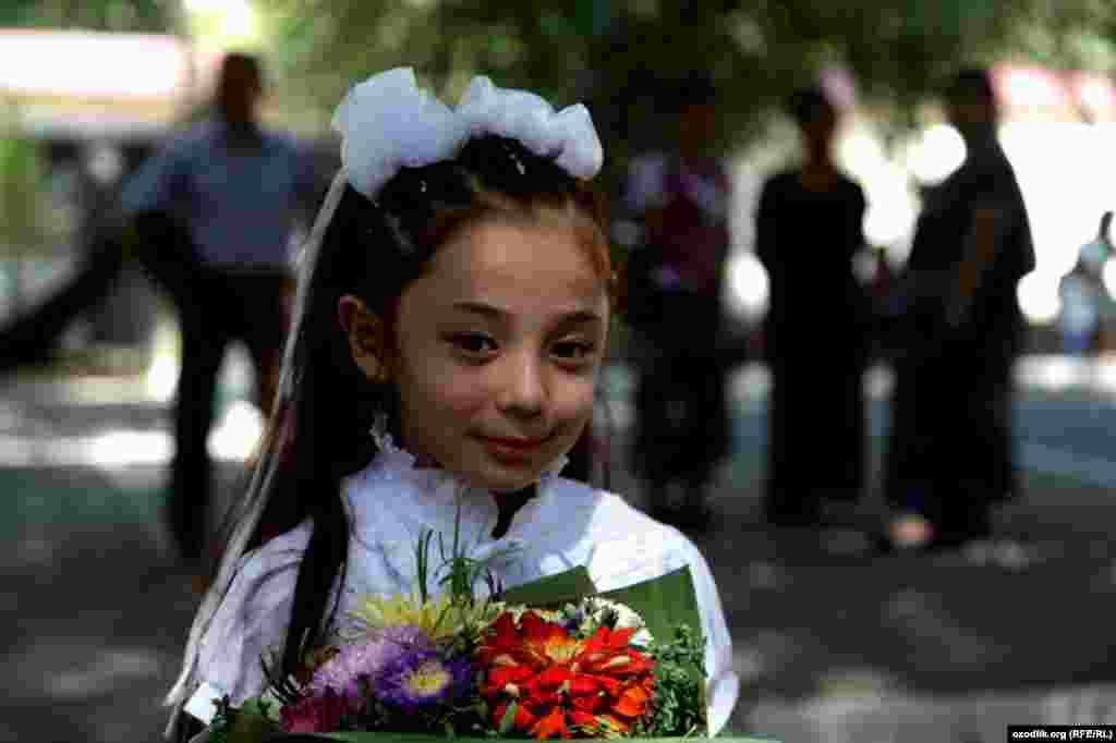 Ташкент мектебіндегі бірінші сынып оқушысы. 3 қыркүйек 2012 жыл.
