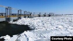 Сырдария өзені үстіне жиналған мұз. Оңтүстік Қазақстан облысы, 11 ақпан 2014 жыл. (Сурет облыстық төтенше жағдайлар депратаментінен алынды).