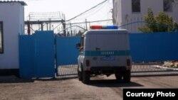 У ворот тюрьмы в Карагандинской области, 1 сентября 2012 года. Иллюстративное фото.