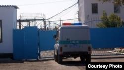 У ворот тюрьмы в Казахстане.