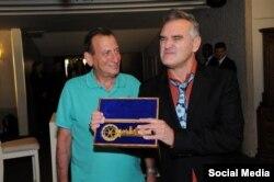 Рон Хульдаи вручает ключ от города музыканту Моррисси