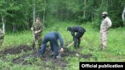 Убийца закопал трупы двух узбекистанцев на опушке леса.