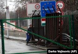 Orbanova vlada, međutim, smatra da ovi ljudi nisu nezakonito zadržani, jer mogu slobodno da se vrate u Srbiju (forografija sa prelaza Horgoš 2)