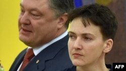 Ukraine -- Ukrainian President Petro Poroshenko (L) meets with freed Ukrainian pilot Nadia Savchenko in Kyiv, May 25, 2016