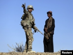 АҚШ солдаты мал бағып жүрген жергілікті тұрғынмен сөйлесіп тұр. Ауғанстан, 29 қазан 2012 жыл. (Көрнекі сурет)