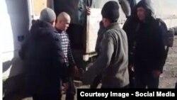 Ишкер Рустам Орозовдун жүгүн Каржы полициясы жүктөп кетип жатат. Баткен-Кадамжай жолу. 5-январь. 2016-жыл