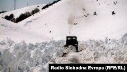 Патот од Дебар кон Маврово затрупан со снег.