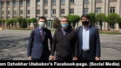 Активист Арман Шураев (в центре) и адвокат Джохар Утебеков (слева). Алматы, 20 апреля 2020 года.