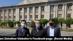 Арман Шураев (в центре) и адвокат Джохар Утебеков (слева). Алматы, 20 апреля 2020 года.