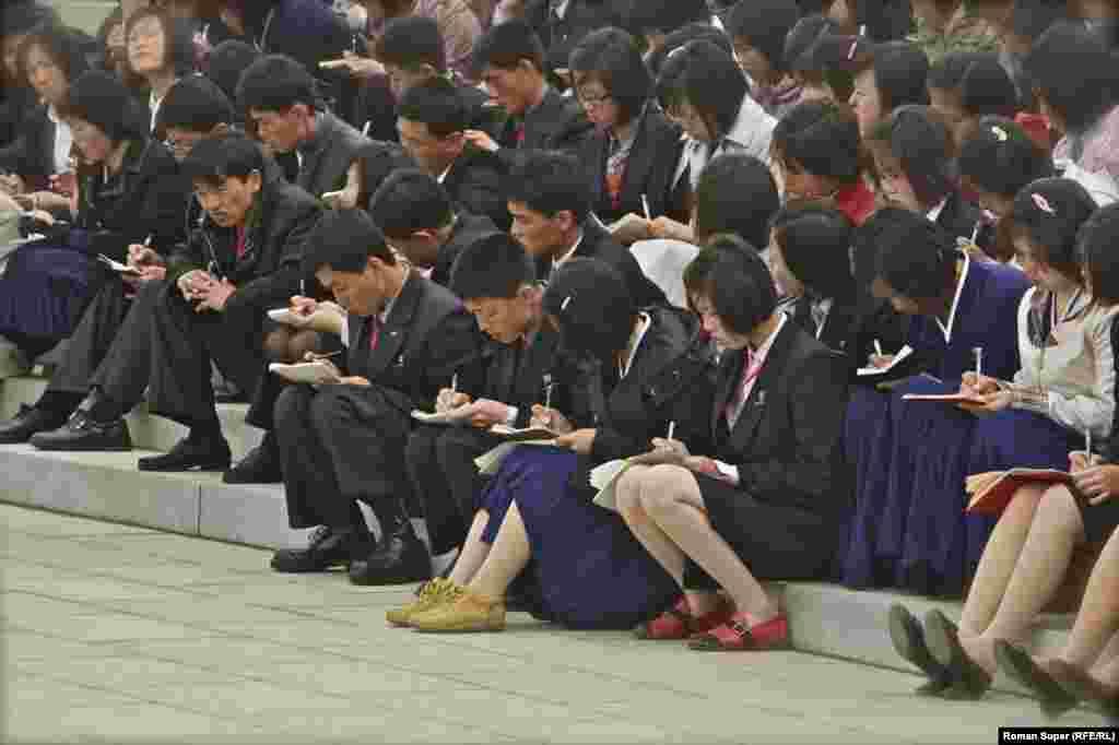 Лекция для пхеньянских студентов под открытым небом. Группы занимающихся студентов можно часто встретить на улице. На улице интереснее учиться. Да и теплее, чем в университете: солнце припекает