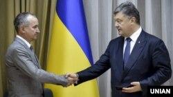 Президент України Петро Порошенко (праворуч) представляє новопризначенного голову СБУ Василя Грицака. Київ, липень 2015 року