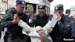 Задержание полицией сторонника оппозиции во время митинга 31 мая 2010 года в Петербурге