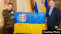 Нинішній голова Закарпатської облдержадміністрації Василь Губаль із офіційним прапором Закарпаття