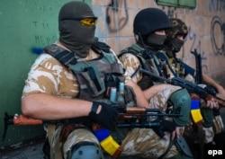 Украинские военные в Марьинке, август 2014 года