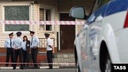 Мәскеу түбінде белгісіз адамдардың жол-полициясы бекетіне шабуылынан кейін. Ресей, 17 тамыз 2016 жыл.