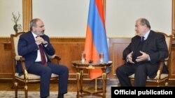 Президент Армении Армен Саркисян (справа) и премьер-министр Армении Никол Пашинян, Ереван, 4 февраля 2020 г.