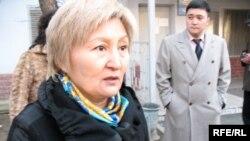 Раушан Есергепова в день пребывания Рамазана Есергепова в департаменте КНБ. Справа – их сын Тахнур. Алматы, 1 декабря 2008 года.