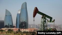 Бакудегі мұнай скважинасы мен биік ғимараттар. Баку, Әзербайжан.
